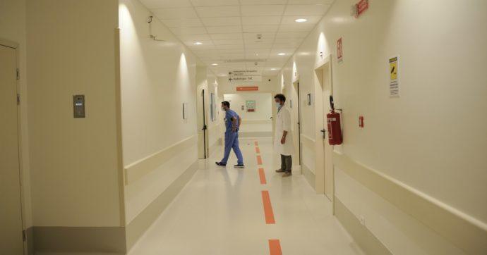 """Negazionista del Covid si intrufola in alcuni ospedali e filma le corsie vuote: """"Il governo sta mentendo"""". Multata per aver violato il lockdown"""