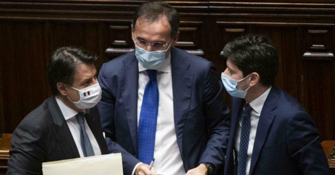 """Vertice di governo, venerdì la decisione sulla stretta in altre Regioni. Conte: """"Siamo lo Stato, a Napoli serve un segnale"""". In arrivo l'esercito"""
