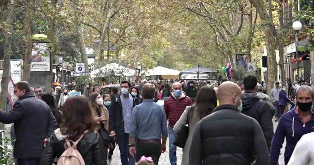 Folla per le vie della Capitale: molte le sanzioni