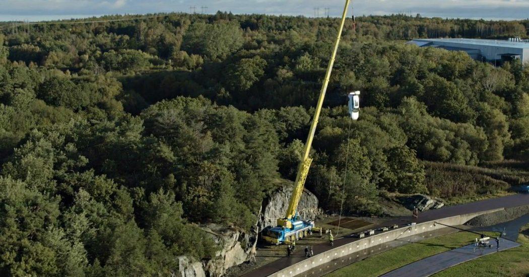 Il crash test è estremo: Volvo lancia le sue auto nuove da 30 metri di altezza per valutarne le sicurezza