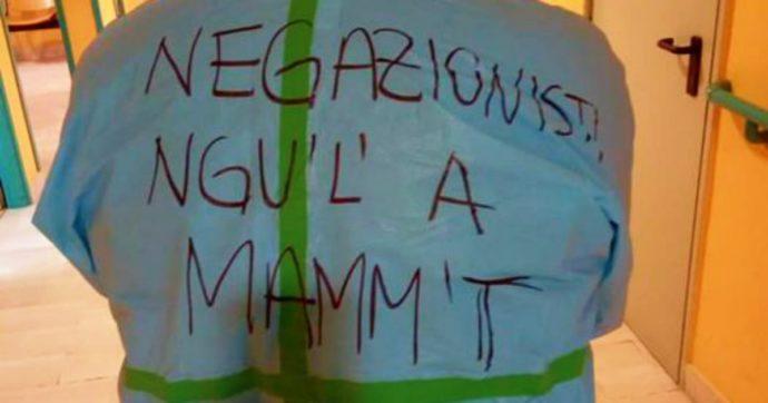 Coronavirus, la scritta contro i negazionisti sul camice: il medico si presenta così in ospedale [FOTO]