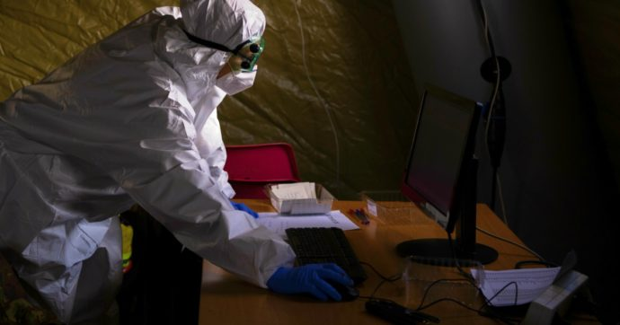 Covid, la Cina sta utilizzando anche i tamponi anali per monitorare le persone ad alto rischio