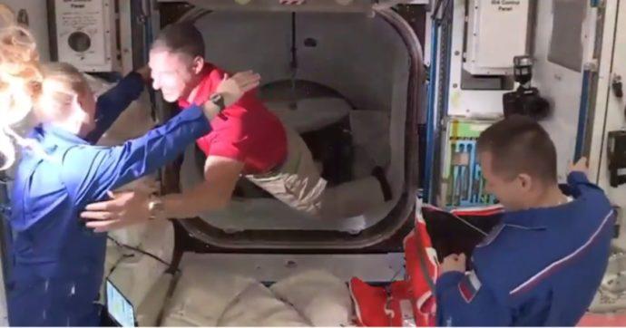 Crew Dragon ha raggiunto la Stazione Spaziale internazionale: aperto il portello, gli astronauti hanno abbracciato i colleghi