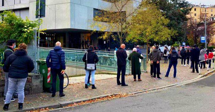 """Alto Adige, parte lo screening di massa: lunghe code fuori dai presidi. Obiettivo 350mila test: """"Così evitiamo un lockdown fino a febbraio"""""""