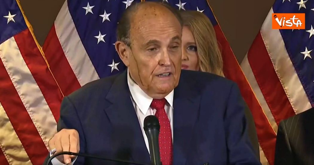 L'avvocato di Trump suda in conferenza stampa e gli cola la tinta per i capelli: imbarazzo per Rudy Giuliani