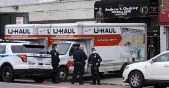 A New York 650 morti Covid ancora in camion frigo da marzo: persone senza famiglia o che non hanno soldi per la sepoltura