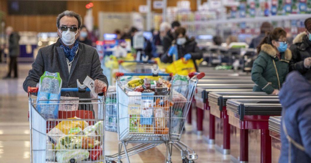"""Con il Covid più plastica nel carrello: """"I consumatori preferiscono acquistare i prodotti confezionati"""". Così i supermercati hanno smesso di ridurre gli imballaggi"""