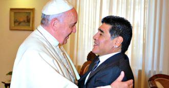 """Maradona e Francesco, il """"grazie"""" del Papa con un rosario. Il loro rapporto ha riconciliato la mano de Dios e la Chiesa"""