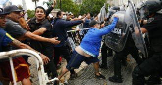 Maradona morto – Camera ardente alla Casa Rosada fuori controllo: sparati fumogeni, feretro portato via. All'esterno scontri con la polizia: feriti e arresti. Napoli gli intitolerà lo stadio San Paolo