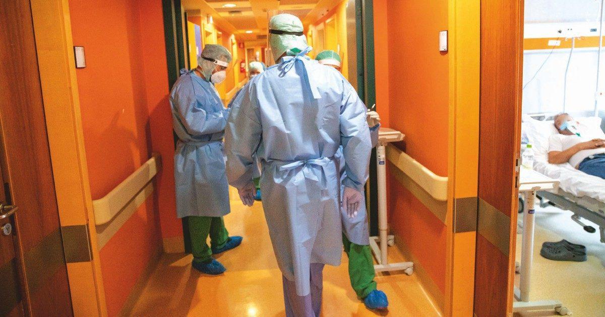 """Coronavirus, il pensionato in corsia: """"Ho visto i miei colleghi in faccia e sono tornato"""""""