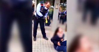 Polizia spara col taser a una ragazza: proteste in Spagna contro gli agenti. Il video