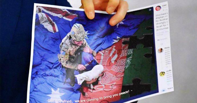 Afghanistan, la foto shock dell'esercito australiano: un soldato beve birra dalla protesi di un Taliban ucciso