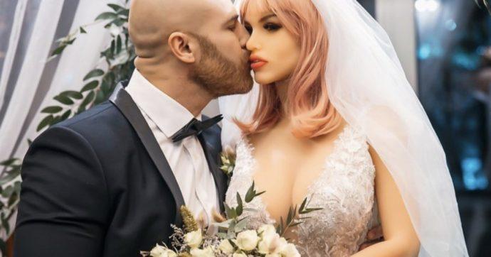 """Bodybuilder sposa una bambola gonfiabile: """"Sono un maniaco del sesso, la nostra storia mi eccita molto"""""""