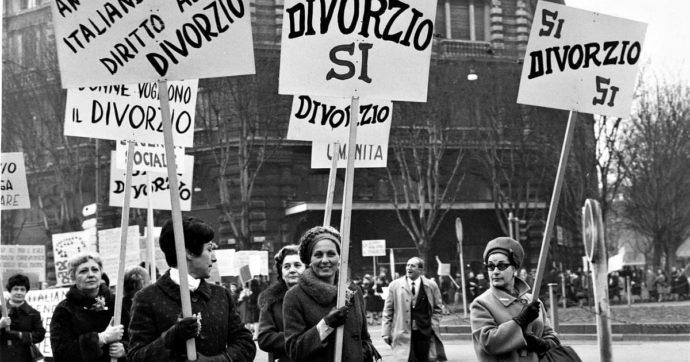 Donne che marciano con cartelli in cui si legge DIVORZIO SI