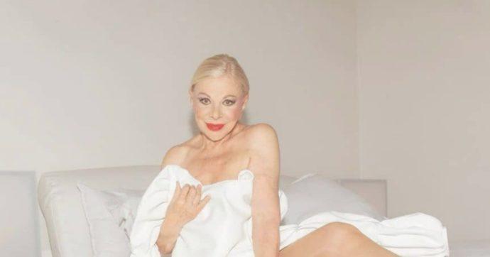 Sandra Milo nuda a 87 anni: un lenzuolo addosso e le gambe in una posa sexy