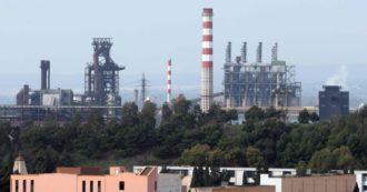 """Ex Ilva, firmato l'accordo: lo Stato """"rientra"""" nell'acciaieria. Ma il piano industriale genera nuovi conflitti e le emissioni non sono calate"""