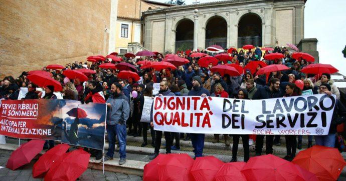 """La protesta dei lavoratori (precari) che assistono i disabili a scuola: """"Durante la pandemia la coop non ci paga la malattia"""""""
