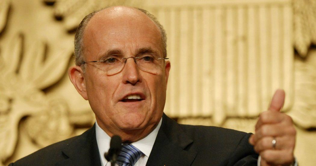 Rudy Giuliani positivo al Covid, l'avvocato di Trump ricoverato in ospedale. Era stato a riunioni di Repubblicani senza la mascherina