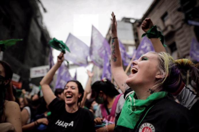 Argentina, l'aborto sicuro e gratuito è legge: ci sono voluti diciotto anni per ottenerlo