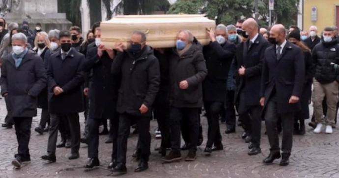 Paolo Rossi, i funerali nel Duomo di Vicenza: c'è anche Baggio. Il feretro portato in spalla dai campioni del mondo dell'82