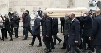 """Funerali Paolo Rossi, i """"ragazzi dell'82"""" portano la bara a spalla. Il coro fuori dal Duomo di Vicenza: """"Paolo, Paolo, Paolo"""""""