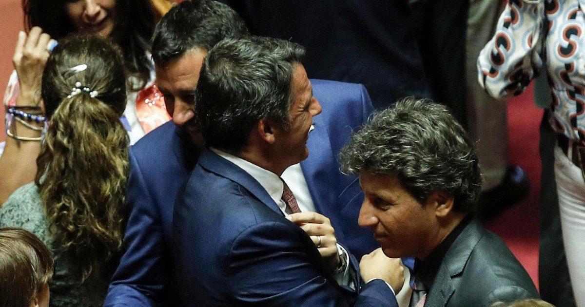 """Inciucio, Renzi disse a Salvini: """"Hai visto? Gli ho fatto il mazzo"""""""