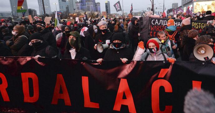 Polonia, in migliaia in strada a Varsavia per manifestare a favore dell'aborto. Attivisti chiedono le dimissioni del governo
