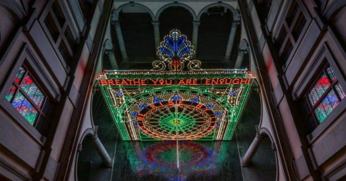 La pandemia spegne i musei? Marinella Senatore accende Palazzo Strozzi con centinaia di luci colorate e inni alla collettività