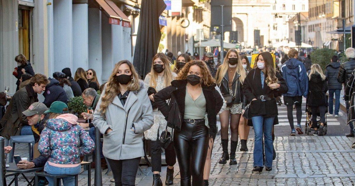 Italia, folle per lo shopping. Germania, lockdown duro