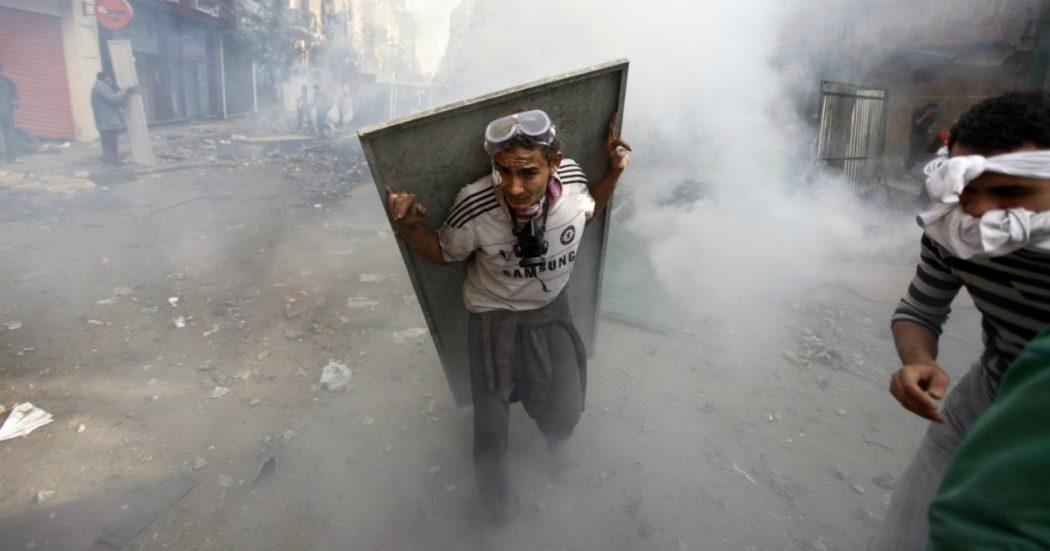 Primavere arabe dieci anni dopo: il filo rosso dalle fiamme in Tunisia alla controrivoluzione dei regimi, che si legittimano agli occhi dell'Europa usando terrorismo e migranti