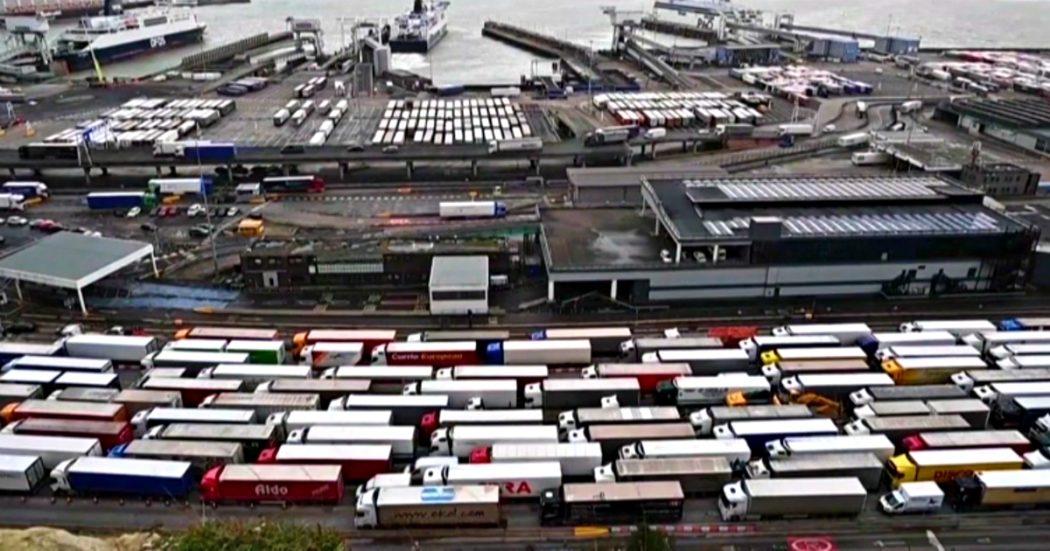 Brexit, effetti collaterali – Caos alle frontiere: niente provette e sostanze per trattare i rifiuti. Stop a esami in ospedale e piccole aziende autorizzate a inquinare