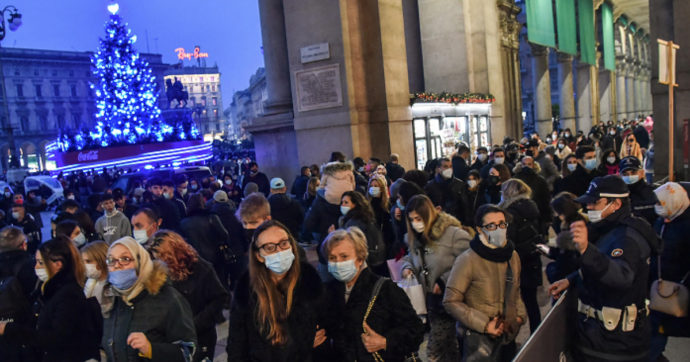 Da Torino a Napoli lunghe code nei negozi e in metropolitana nel weekend prima delle feste. Scattano le misure di contenimento