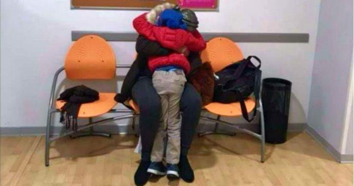 Separata dal figlio di 5 anni durante l'imbarco tra i migranti in Tunisia, lo ritrova a Reggio Emilia dopo 8 mesi: l'abbraccio in una foto