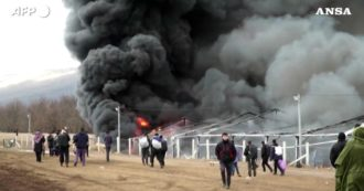 Bosnia, vasto incendio devasta il campo per migranti di Lipa: distrutti tende e container. Le immagini
