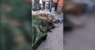 Migranti, naufragio al largo della Tunisia: almeno 20 vittime. I corpi recuperati in mare e riportati sulla terraferma: il video