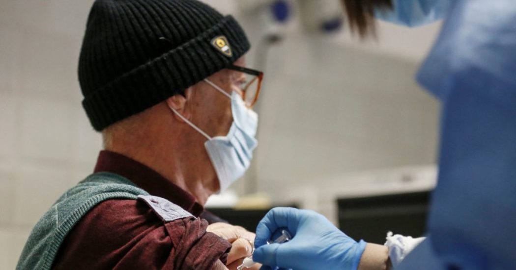 """Influenza, mascherine e misure igieniche hanno ridotto i casi: """"Ma la raccolta dati va potenziata"""". In calo anche morbillo, rosolia e meningite"""