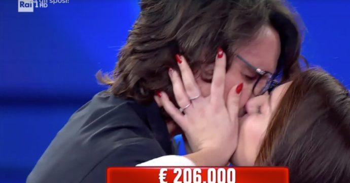 """Affari Tuoi (Viva gli sposi!), una coppia di Brindisi vince 200mila euro e lei confessa: """"Sono gelosa di Diletta Leotta"""""""