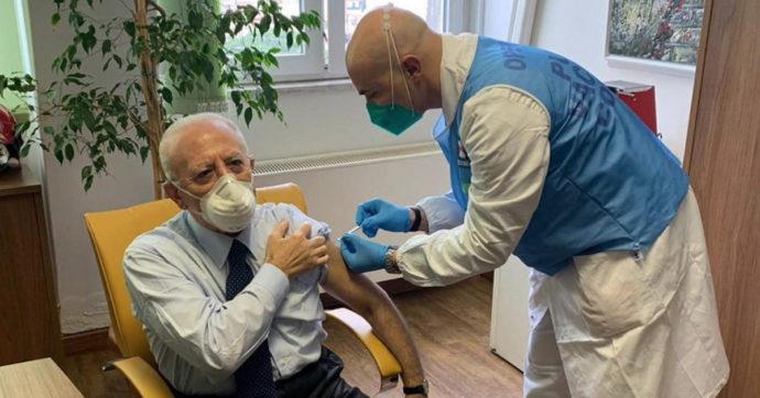 """Campania, il governatore De Luca è l'unico politico italiano ad essersi vaccinato nel V-day. De Magistris: """"Indegno abuso di potere"""""""