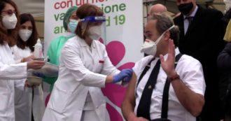 Vaccino anti Covid, il virologo Di Perri è il primo a ricevere la dose in Piemonte. Poi scherza per allentare la tensione – Video