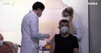 Vaccino anti Covid, in Repubblica Ceca il primo a ricevere la dose è il premier Andrej Babis – Video
