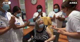 Vaccino anti Covid, in Francia la prima persona a ricevere la dose è una donna di 78 anni: l'applauso degli infermieri. Video