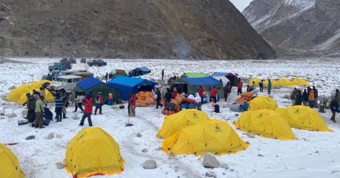 Parte la scalata al K2. Ai piedi della montagna un maxi affollamento di alpinisti, guide e portatori