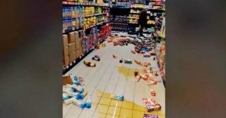 Il terremoto in Croazia, i prodotti dei supermercati cadono dagli scaffali: video