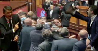 """Sgarbi portato via di peso, i """"trojan"""" del leghista Zoffili, la lucertola di Calderoli. Il peggio del Parlamento nel 2020 tra urla, risse e insulti"""