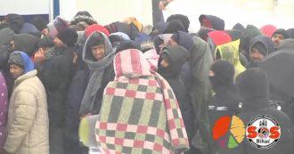 """Bosnia, migliaia di migranti senza cibo e costretti a dormire al gelo. L'Oim: """"Rischio catastrofe umanitaria, intervenire subito"""""""
