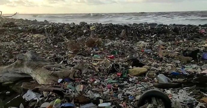 """Le spiagge di Bali sono invase dalla plastica. """"Abbiamo raccolto 90 tonnellate di rifiuti, la situazione peggiora ogni anno"""""""