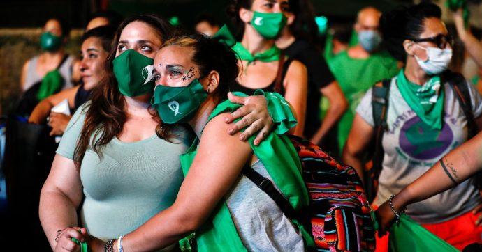 """L'Argentina legalizza l'aborto. Premier: """"Oggi siamo una società migliore"""". Ma si apre lo scontro tra governo e Vaticano"""