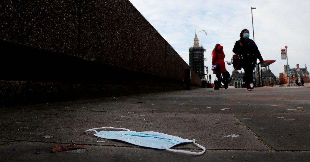 """Gran Bretagna supera 100mila morti da Covid. Johnson: """"Dolore difficile da esprimere"""". In Germania 902 vittime. Merkel: """"La variante britannica è una polveriera"""""""