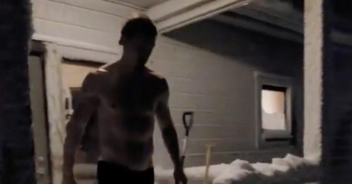 Zlatan Ibrahimović si butta sulla neve in mutande: ecco cosa vuole dirci