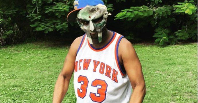 Morto il rapper MF Doom, la moglie annuncia la sua scomparsa due mesi dopo il decesso: nessuna spiegazione, aveva 49 anni